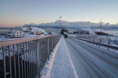 Śliski śnieżnej drogi bieg przez most w Lofoten wyspach, Norwegia obrazy stock