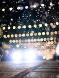 Śliskie ulicy: Defocused samochodowy jeżdżenie na śnieżnej ulicie z boże narodzenie dekoracją obraz royalty free