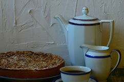 Śliwka rozdrobni tarta z filiżanką kawy, creamerem i kawowym garnkiem na białym tle, obraz stock