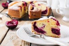Śliwka tort na starym drewnianym stole Wieśniaka styl Zdjęcie Stock