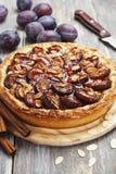Śliwka tort z cynamonem i migdałami Zdjęcia Royalty Free