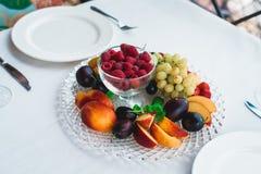 Śliwki brzoskwini truskawki malinowi winogrona fotografia royalty free