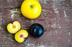 Śliwki i jabłko fotografia stock