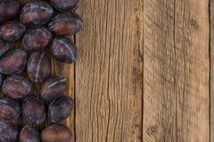 Śliwki na drewnianym tle obrazy stock