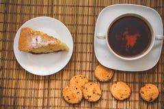 Śliwkowy ciastko tort dla filiżanki gorąca herbata na słomianej pościeli z c zdjęcia royalty free
