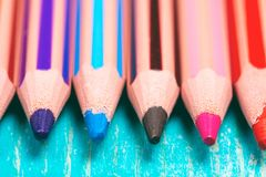 Ślizgania barwioni ołówki zbliżają i ołówki themselves obraz royalty free
