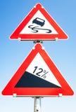 Ślizgania zagrożenia drogi znak ostrzegawczy Zdjęcia Royalty Free