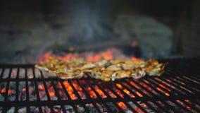 Ślizgowy kamera puszek jagnięcy kotleciki na grillu zbiory