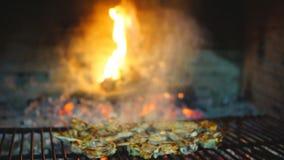 Ślizgowy kamera puszek jagnięcy kotleciki na grillu zdjęcie wideo