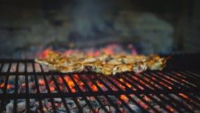 Ślizgowy kamera puszek jagnięcy kotleciki na grillu, zwolnione tempo zbiory