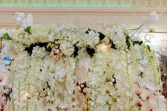 Ślubna łuku lub fotografii strefa Girlandy naturalni i sztuczni kwiaty Róże, orchidee Zdjęcia Royalty Free