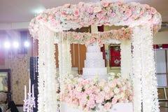 Ślubna świeczka na kwiacie blisko ślubnego torta obraz royalty free