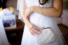Ślubna atłasowa piękna torebka w bride& x27; s ręka Obraz Stock