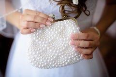 Ślubna atłasowa piękna torebka w bride& x27; s ręka Fotografia Stock