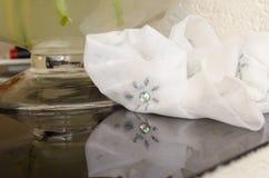 Ślubna biała chusteczka na przejrzystym stole obrazy royalty free