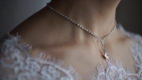 Ślubna bransoletka i kolia Kobieta próbuje na biżuterii bransoletce Panna młoda z skarbem Kobieta z biżuterią Dziewczyna z obraz royalty free