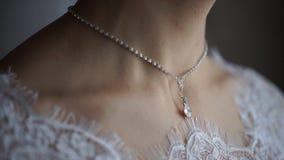 Ślubna bransoletka i kolia Kobieta próbuje na biżuterii bransoletce Panna młoda z skarbem Kobieta z biżuterią Dziewczyna z zdjęcia royalty free