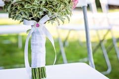Ślubna bukiet rękojeść z dekoracyjnym białym faborkiem Zdjęcie Royalty Free