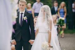 Ślubna ceremonia outdoors w drewnach Zdjęcia Royalty Free