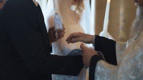Ślubna ceremonia W kościół chrześcijańskim zbiory wideo