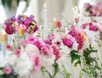 Ślubna dekoracja na stole Kwieciści przygotowania i dekoracja Przygotowania różowi i biali kwiaty w restauraci dla wydarzenia