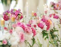 Ślubna dekoracja na stole Kwieciści przygotowania i dekoracja Przygotowania różowi i biali kwiaty w restauraci dla wydarzenia Obrazy Royalty Free