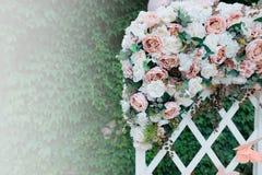 Ślubna dekoracja z egzaminem próbnym up Przeciw tłu greenery Zdjęcia Stock