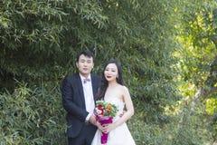 Ślubna fotografia, portret młodej pary/staliśmy bezczynnie bambusa w Szanghaj shui bo parkpark woda Zdjęcia Stock