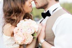 Ślubna fotografii strzelanina Państwo młodzi, trzyma ręki each inny Bardzo zamyka each inny zamknięte oczy Fotografia Stock