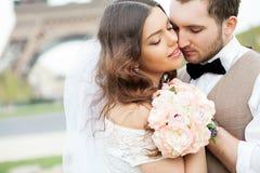 Ślubna fotografii strzelanina Państwo młodzi, trzyma ręki each inny Bardzo zamyka each inny zamknięte oczy Obrazy Stock