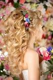 Ślubna fryzura młoda dziewczyna Panna młoda Kobieta z kwiatami w ona Zdjęcie Stock