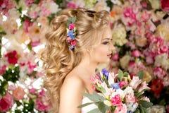 Ślubna fryzura młoda dziewczyna Panna młoda Kobieta z kwiatami w ona Zdjęcia Stock