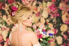 Ślubna fryzura młoda dziewczyna Panna młoda Kobieta z kwiatami w ona Obrazy Royalty Free