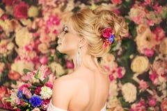 Ślubna fryzura młoda dziewczyna Panna młoda Kobieta z kwiatami w ona Obraz Stock