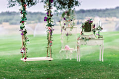 Ślubna huśtawka dekorująca z kwiatami zdjęcia royalty free