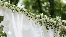 Ślubna kwiatu łuku dekoracja Ślubny łuk dekorujący z kwiatami zbiory wideo
