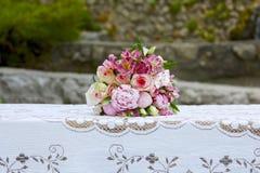 Ślubna menchia kwitnie świętowania stołowego płótno przy okręgiem administracyjnym Fotografia Royalty Free