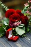 Ślubna oferta z różami i obrączką ślubną Obraz Stock