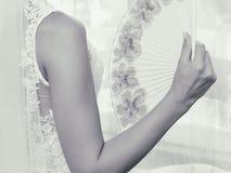Ślubna panna młoda trzyma fan w jej ręce Zdjęcie Stock