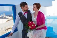 Ślubna para obok pływackiego poo Fotografia Stock