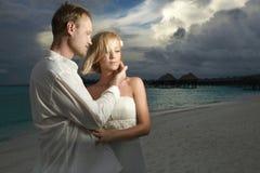 Ślubna para, państwo młodzi pozycja pod grożenie chmurą Fotografia Royalty Free
