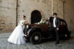 Ślubna para z starym samochodem Zdjęcia Stock