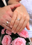 Ślubna para z złocistym pierścionkiem Fotografia Stock