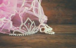 Ślubna rocznik korona panna młoda, perły i menchii przesłona, pojęcia sukni panny młodej portret schodów poślubić rocznika filtru Obraz Stock