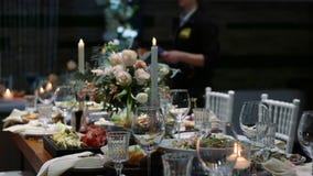 Ślubna stołowa bankiet sala restauracja, dekorująca z świeczkami i kwiatami zbiory wideo