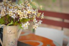 Ślubna stołowa dekoracja, kwiaty w wazie Obrazy Stock