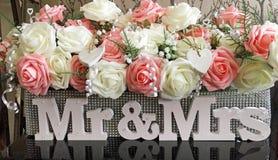 Ślubna stołowa kwiecista oaza zakrywająca w błyskotliwości z mr & mrs Fotografia Stock
