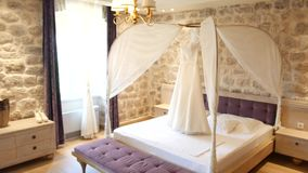 Ślubna suknia panna młoda wiesza nad łóżkiem Kolekcje o zbiory wideo