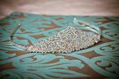 Ślubna tiara na turkusie z brown tłem zdjęcie royalty free