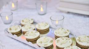 Ślubne babeczki na well dekorującym stole zdjęcia royalty free